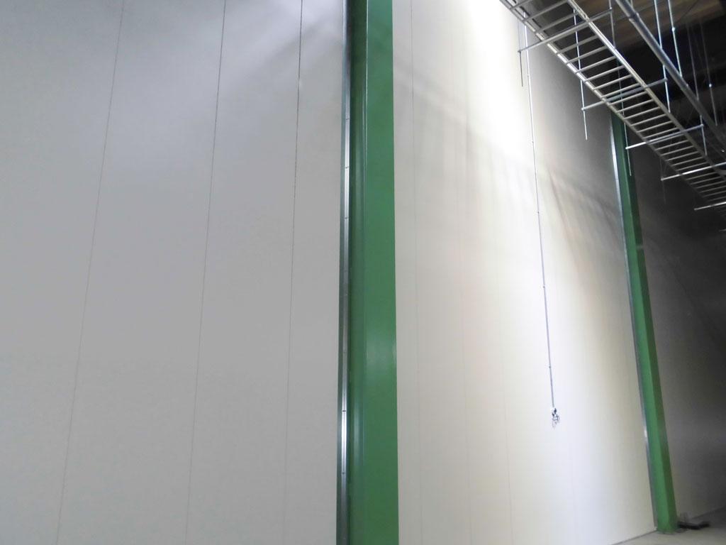 工場の間仕切り壁にタイカダンパネル